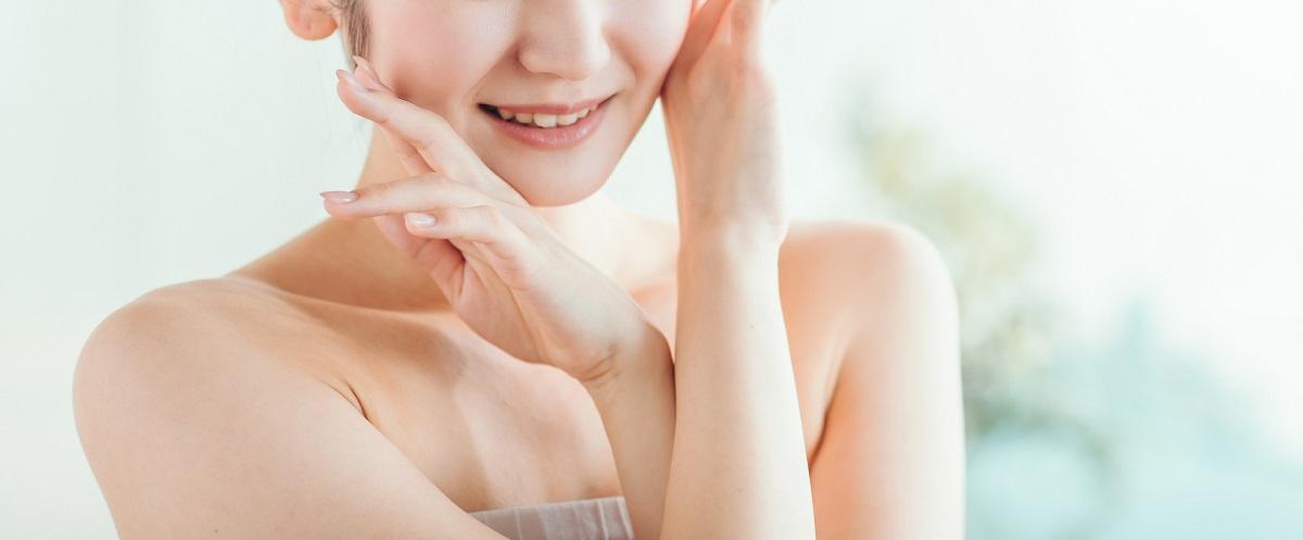 ニキビ跡の化粧水で健やかになった女性